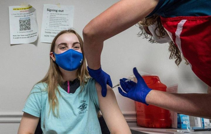 14-vuotias Audrey Vakker otti koronarokotteensa hymyssä suin Fairfaxin rokotekeskuksessa Virginiassa.