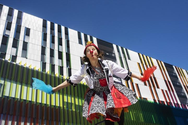 Sairaalaklovnitoiminta on yksi osa sairaaloissa näkyvää kulttuuria ja taidetta. Uusi Lastensairaala Helsingissä on Tolly von Tomeran eli Pia Tapion työpaikka. Hän on työskennellyt sairaalaklovnina jo 19 vuotta.