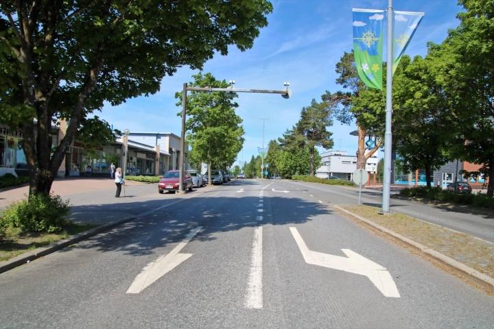 Teemaleikkipuisto ja sen oheen tulevat puisto-, oleskelu- ja liikunta-alueet siirtävät linja-autopysäkit Kiteentien varteen, kuvan vasemman laidan autopaikoille Kupiaisen kauppakeskuksen edustalle.