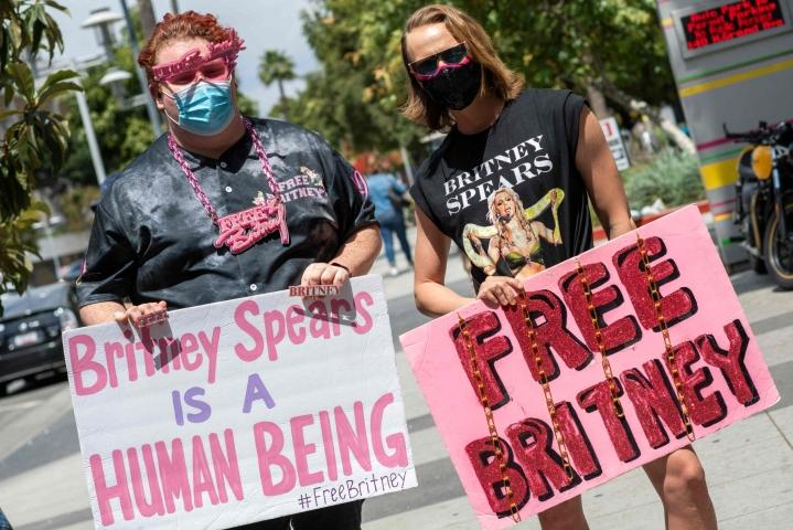 Poptähti Britney Spears on pyytänyt yhdysvaltalaistuomaria päättämään kiistanalaisen holhousjärjestelyn, jonka myötä muun muassa laulajan talousasiat ovat olleet hänen isänsä hallinnassa aina vuodesta 2008 lähtien. Laulajan fanit osoittivat mieltään tähden puolesta huhtikuussa. LEHTIKUVA/AFP