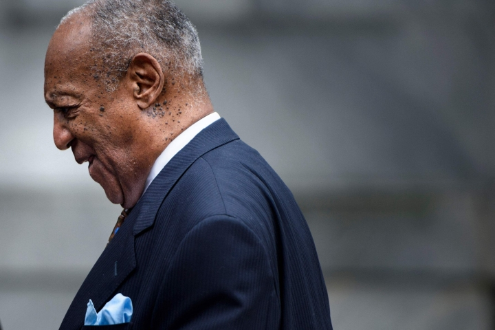 Syyskuussa 2018 otetussa arkistokuvassa Bill Cosby on poistumassa oikeustalolta Norristownissa, Pennsylvaniassa. LEHTIKUVA / AFP