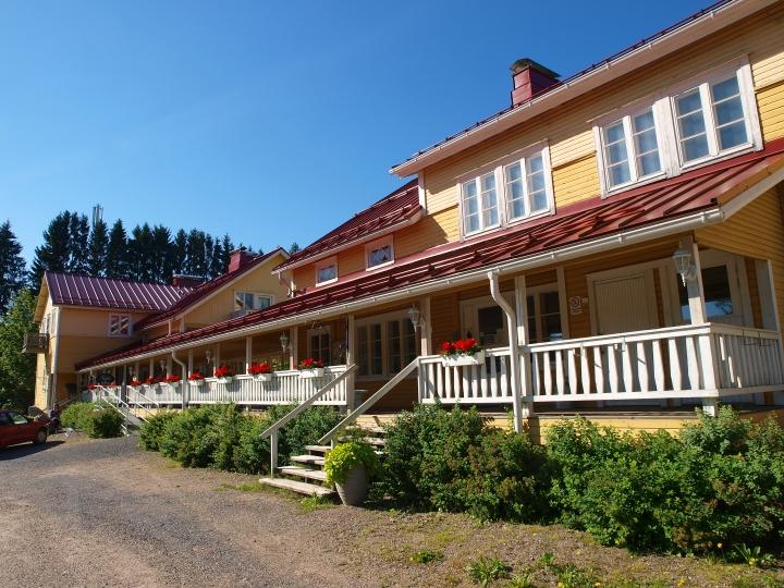 Sovintolan kahta erillistä rakennusta yhdistää katettu kuisti, jota kutsutaan Sovinnon sillaksi.