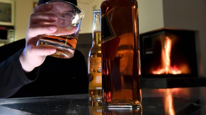Huhtikuussa julkaistuista THL:n tilastoista kävi ilmi, että suomalaiset joivat koronavuonna vähemmän alkoholia kuin koko 2000-luvulla. LEHTIKUVA / JUSSI NUKARI