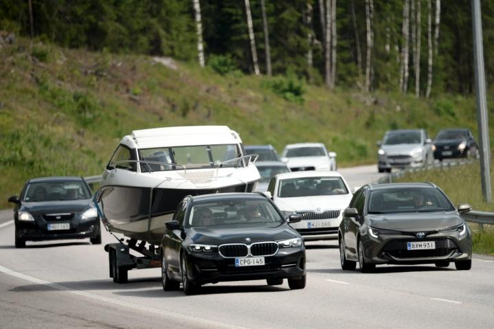 Autoilijat suuntasivat juhannuksen viettoon Turun moottoritiellä Vihdin kohdalla torstaina iltapäivällä. Lehtikuva / Mikko Stig
