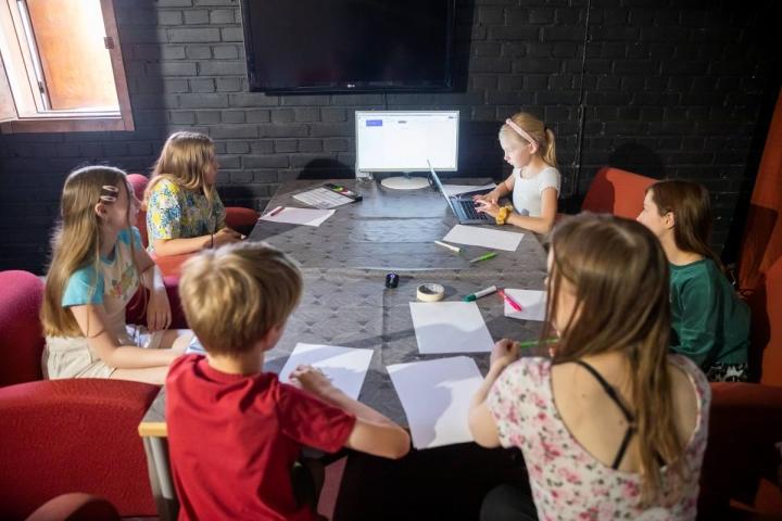 Leiriläiset suunnittelivat käsikirjoituksen yhdessä. Aino Myller, 9, kirjoitti käsikirjoitusta puhtaaksi tietokoneelle.