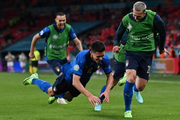 Matteo Pessina (edessä) juhli tekemäänsä Italian toista maalia. LEHTIKUVA / AFP