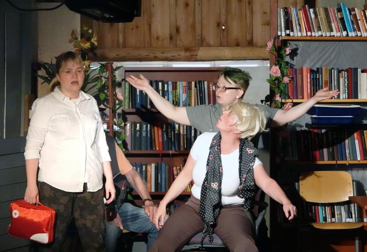 Ulla Paarma (Kaisa Jänis) ja Pena Saari-Koski (Soila Salo) yrittävät auttaa, kun edessä oleva Mervi Saari-Koski (Tuula Kiviniemi) on hieman muissa maailmoissa.