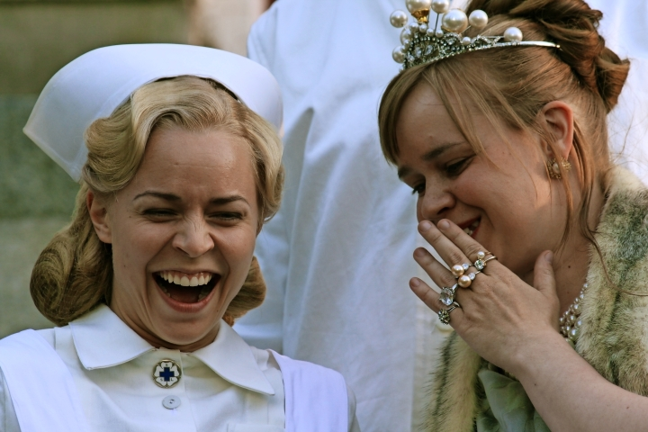Anna Lappalainen (oik.) näyttelee pääosaa Prinsessa-elokuvassa. Paula Vesala nähdään mielisairaalan hoitajana.