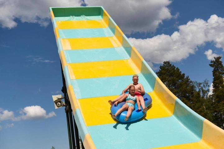 Sisarukset Perttu Pulkki, 13, ja Laura Pulkki, 11, ehtivät jo odottaa Aquaparkin avaamista. Helteinen kesäkuun ensimmäinen viikonloppu palkitsi odotuksen.