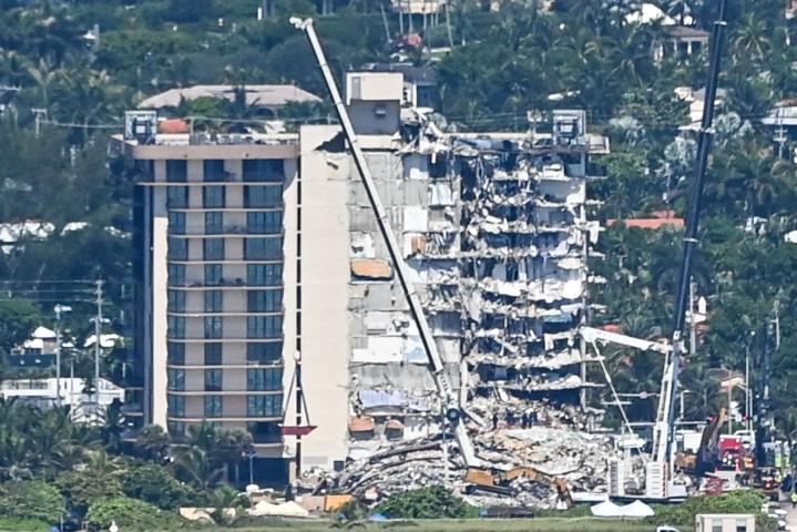 Osin romahtanut kerrostalo sijaitsee Floridan Surfsidessa lähellä Miami Beachia, LEHTIKUVA / AFP