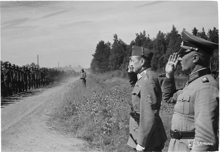 Marsalkka Mannerheim ja saksalainen kenraali Engelbreckt ottavat vastaan saksalaisen divisioonan ohimarssin Kaurilassa 18.7.1941.