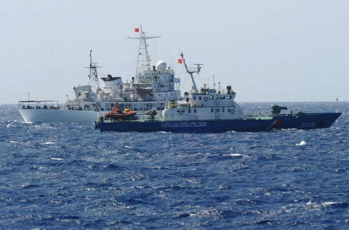 Kiinan rannikkovartiosto toimii yhä hyökkäävämmin sekä Etelä- että Itä-Kiinan merellä. Kuvassa taka-alalla kiinalainen alus ja etualalla Vietnamin rannikkovartioston alus. Lehtikuva/AFP