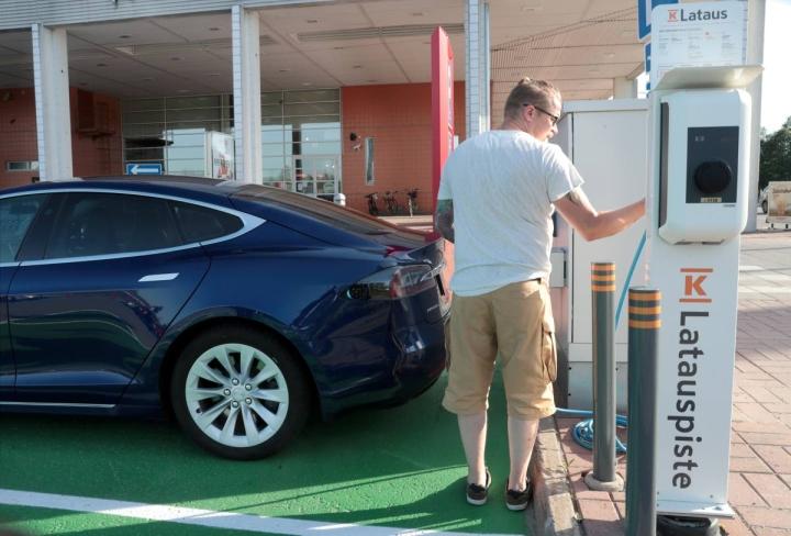 Joensuulainen Pasi Kettunen on tyytyväinen Teslaansa, jota hän latasi kauppareissun ajan.