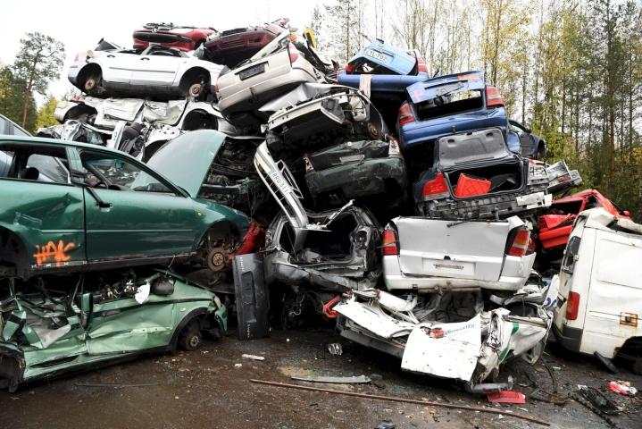 Autonromut odottivat murskausta autokierrätysyritys Kuusakosken toimipisteellä Vantaalla viime lokakuussa. LEHTIKUVA / JUSSI NUKARI