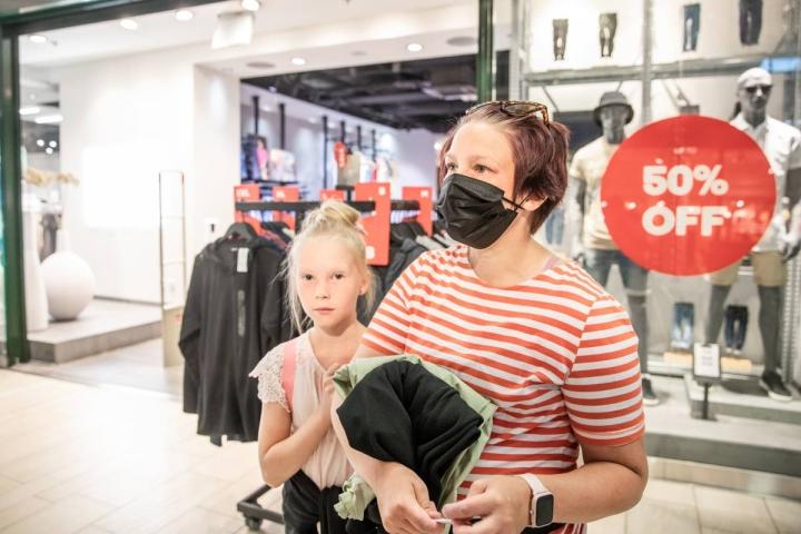 Espoolaiset Iida (vas.) ja Heidi Knopp pysähtyivät shoppailemaan Joensuuhun kesälomareissullaan. Vero Modasta löytyi mekko ja kengät.
