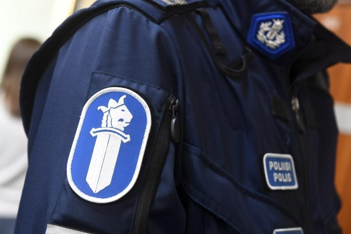Helsingin Alppikylässä tapahtuneessa ampumistapauksessa oli poliisin mukaan ollut kyse tähtäämättömästä laukauksesta, kun ase on lauennut miehen taskussa. LEHTIKUVA / VESA MOILANEN