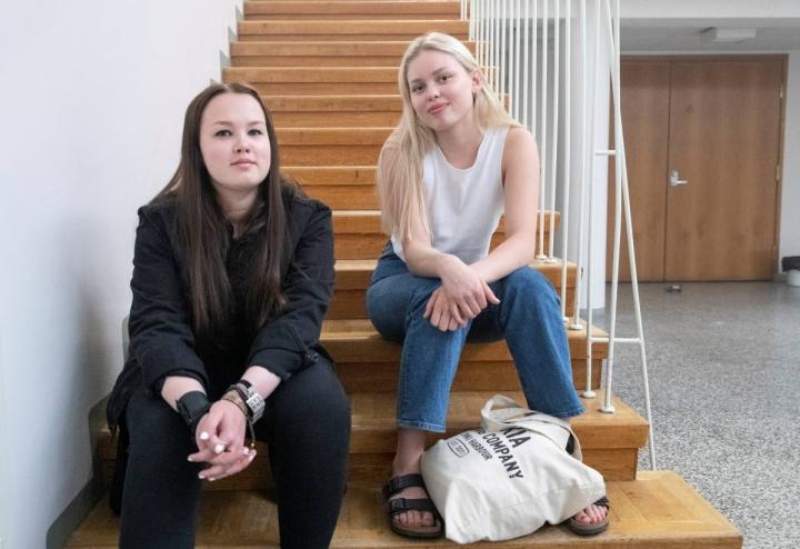 Sofiaa näyttelevä Veera Pyykkö ja Wilmaa esittävä Elli Arstila seurasivat tappelukohtausta sivummalla.