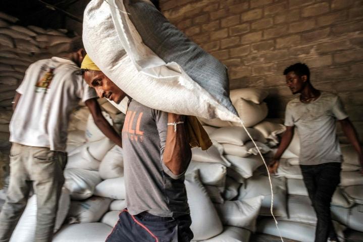 Mies kantoi toukokuussa vehnäsäkkiä ruokajakelussa Atayessa Etiopian keskiosassa. LEHTIKUVA / AFP