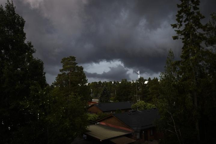 Myrskyinen sää riepotteli keskiviikkona lähes koko Suomea, mutta aamulla puoli viiden jälkeen myrsky oli Ilmatieteen laitoksen mukaan jo tältä erää ohitse koko maassa. LEHTIKUVA / Emmi Korhonen