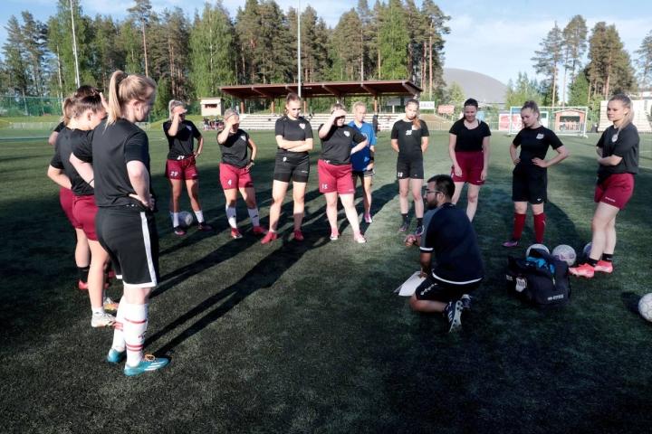 Mehtimäen tekonurmi toimii FC Hertan kotikenttänä naisten Kakkosessa. Pelaajat kuuntelemassa päävalmentaja Rui Gomesin ohjeita tiistai-illan harjoituksissa.