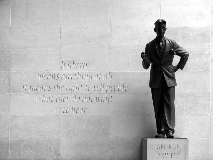 """George Orwell jäi historiaan sananvapauden puolustajana. Itse hän arvosteli esikoisteostaan """"punervista"""", merkityksettömistä sanahelinäjaksoista. Kuvassa Orwellin patsas BBC:n toimitalon edessä."""