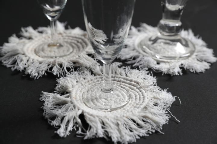 Nämä lasinaluset syntyvät näppärästi vain kolmen tarvikkeen avulla.
