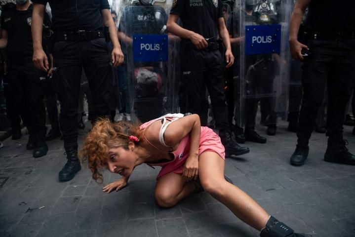 Pride-tapahtumaan osallistuneiden mukaan poliisi otti lauantaina kiinni useita Istanbulin Taksim-aukiolle kokoontuneita ihmisiä. LEHTIKUVA / AFP