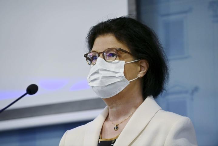 Sosiaali- ja terveysministeriön strategiajohtaja Liisa-Maria Voipio-Pulkki huomauttaa, että koronatilanteessa voi vielä tulla takapakkia. LEHTIKUVA / MARKKU ULANDER