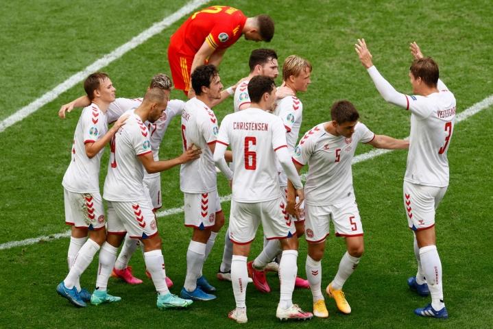 Tanskan pelaajat juhlivat ensimmäistä maaliaan Walesia vastaan. LEHTIKUVA/AFP