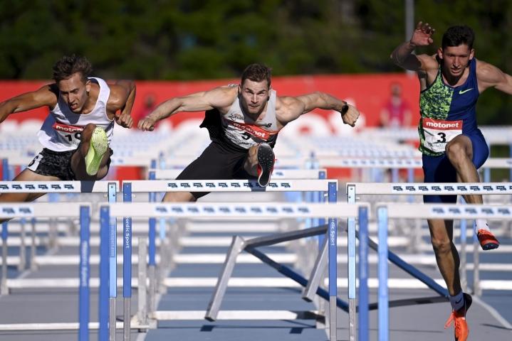 Lakka (keskellä) aitoi 110 metrillä Espoossa uran neljänneksi parhaan tuloksen, 13,53.  LEHTIKUVA / ANTTI AIMO-KOIVISTO