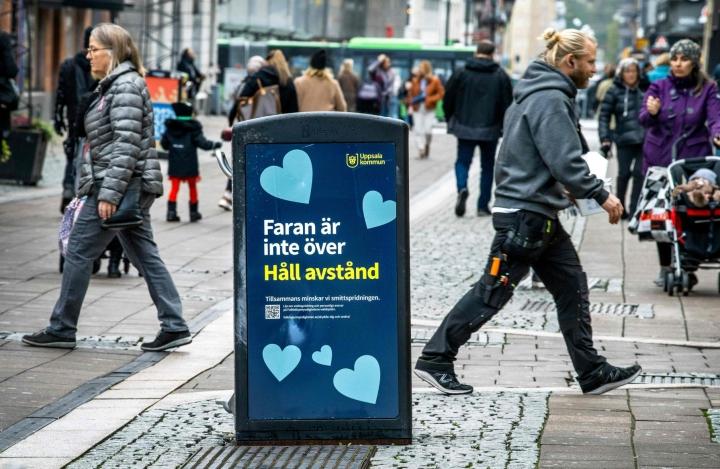 Vaara ei ole ohi, muistutettiin Uppsalan keskustassa sijaitsevan roskalaatikon kyljessä. Lehtikuva/AFP