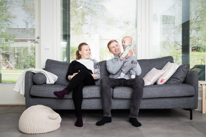Luonto ja sukulaiset ovat Niina ja Aki Kosuselle tärkeitä, ja molemmat ovat lähellä Pohjois-Karjalassa. Oskari-vauvalle riittää vielä, että syli on lähellä.