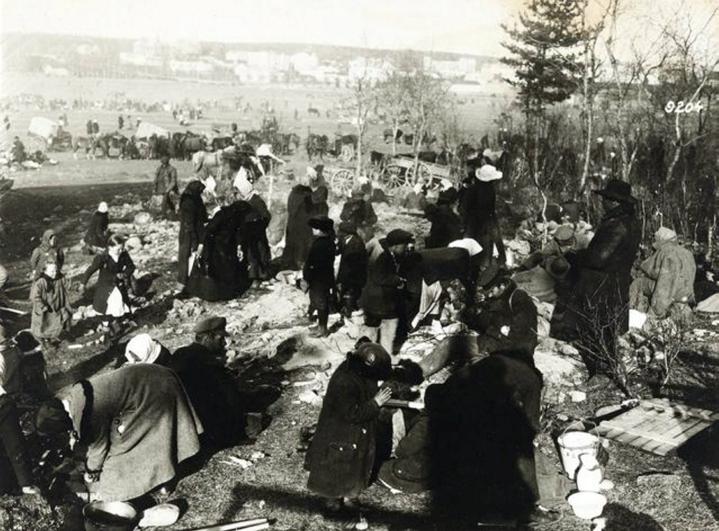 Lapsia ja aikuisia Hennalan vankileirillä Lahdessa huhti-toukokuussa 1918. LEHTIKUVA / HANDOUT / MUSEOVIRASTO - MUSKETTI