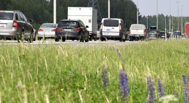 Tieliikennekeskuksen mukaan odotettavissa on melko normaalia juhannusliikennettä. LEHTIKUVA / HEIKKI SAUKKOMAA