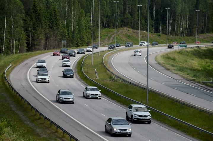 Eilen torstaina liikenneonnettomuudet ruuhkauttivat paikoin liikennettä alkuillasta. LEHTIKUVA / MIKKO STIG