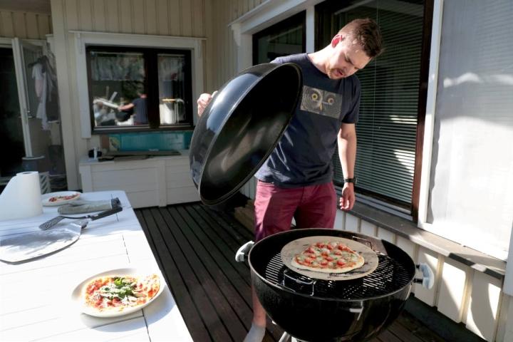 Grillin kantta ei kannata aukoa turhaan, kun pitsa paistuu. Lämpö nimittäin katoaa nopeasti.