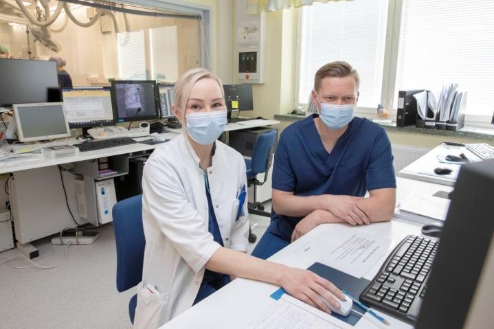 Kardiologiaan erikoistuva Anu Taskinen saa ohjausta kardiologian erikoislääkäri Tuomas Rissaselta Pohjois-Karjalan keskussairaalan sydänkeskuksessa.