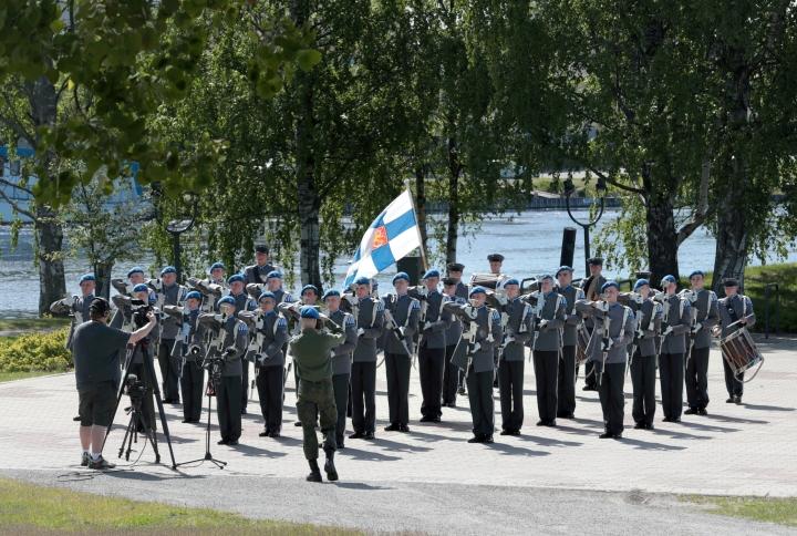 Sotilassoittokunta harjoitteli torstaina Ilosaaaressa.
