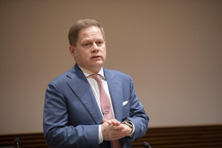 Valiokunta muun muassa lisäsi maahantulomalliin pykälän, jonka mukaan alhaisen koronailmaantuvuuden maista pääsee vapaasti Suomeen, kertoo valiokunnan puheenjohtaja Markus Lohi.  LEHTIKUVA / Seppo Samuli