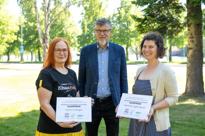 Allekirjoitustilaisuudessa olivat mukana Karelia Cottagesin toimitusjohtaja Katri Vuorjoki, professori Paavo Pelkonen ja Northern Light Spiritsin toimitusjohtaja Tatjana Madzhugina.