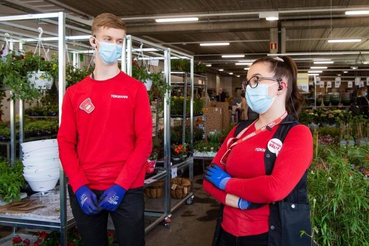 Eemil Rantala ja Saara Kaarakainen saavat kesän aikana monipuolista kokemusta kaupan alan erilaisista töistä.