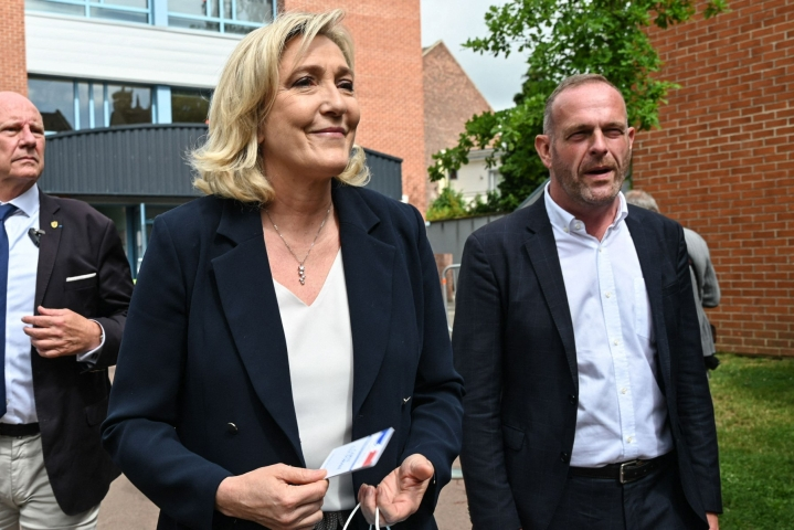 Marine Le Penin (kuvassa) johtaman kansallisen liittouman eteneminen jäi ensimmäisellä kierroksella odotettua vaisummaksi. LEHTIKUVA/AFP