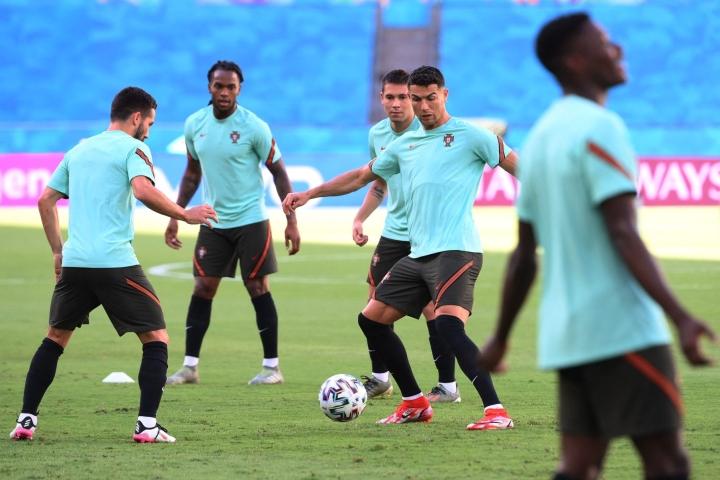 Portugalin joukkue kohtaa tänään pudotuspeliottelussa Belgian. Kuva on Portugalin harjoituksista lauantailta. LEHTIKUVA / AFP