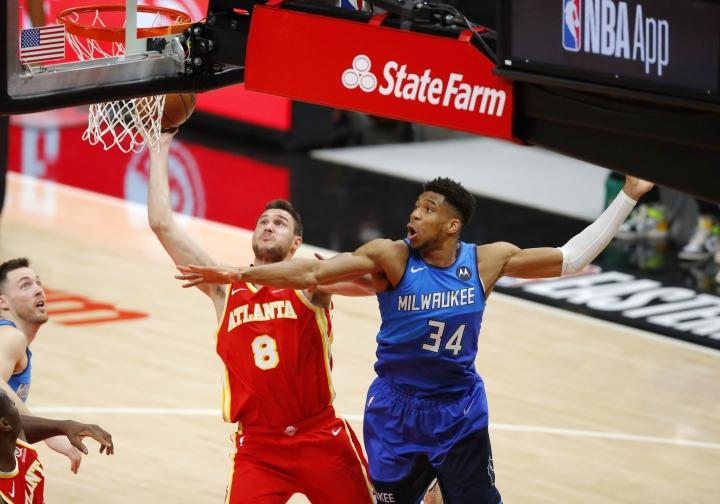 Milwaukee Bucks voitti isäntäjoukkue Atlanta Hawksin pistein 113–102. Kuvassa Atlantan Danilo Gallinari ja Milwaukeen Giannis Antetokounmpo. LEHTIKUVA/AFP