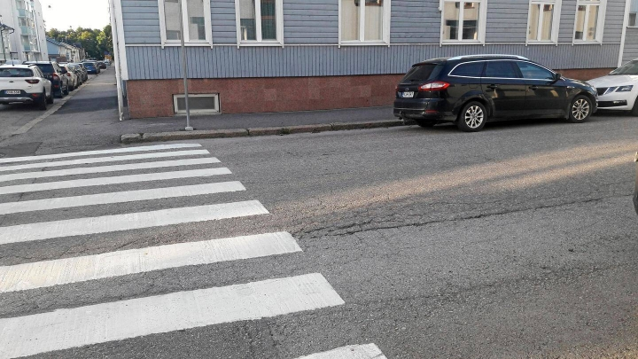 Liikenneturvan yhteyspäällikkö Eero Kalmakoski kertoo, että vasemmalle pysäköinti ja erityisesti pysäköintikielto viiden metrin matkalla ennen suojatietä on aiheuttanut paljon epätietoisuutta ja jopa vaarallista, väärää pysäköintiä.