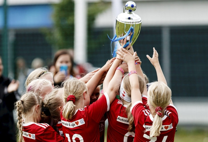 Tyttöjen joukkueiden määrä nousee nyt reilusti yli entisen ennätyksen eli tasan kahdensadan, sillä tänä vuonna tapahtumaan on ilmoitettu peräti 251 tyttöjen joukkuetta. LEHTIKUVA / RONI REKOMAA