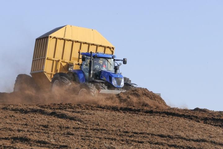 Frans Timmermans korosti, että viljelijöitä tarvitaan mukaan turvemaiden suojeluun ja luonnon monimuotoisuuden turvaamiseen. LEHTIKUVA / TIMO AALTO