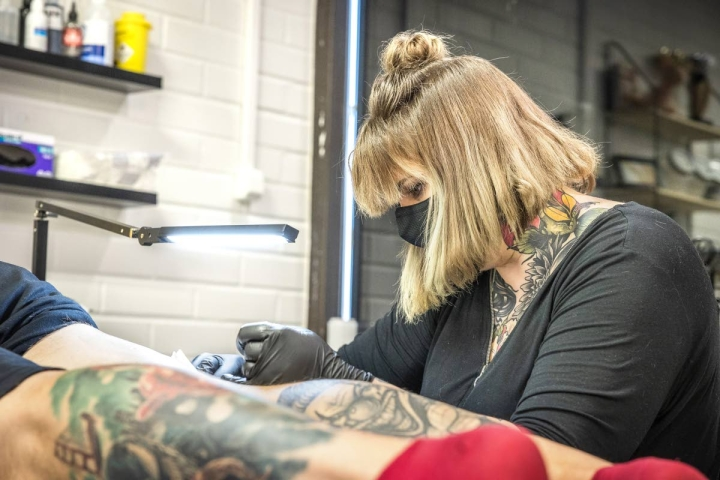 La Familia Tattoon tatuoijalla Sanna Tasmalla ei ole tälle vuodelle enää vapaita aikoja, sillä tatuoinnit ovat olleet korona-aikanakin suosittuja.