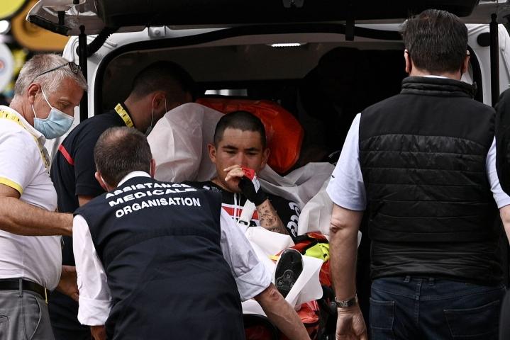Eilen kisan kolmannella etapilla rytisi myös, jolloin oman osansa kolaroinneista sai mm. Australian Caleb Ewan, jota viedään hoidettavaksi kuvassa. Lehtikuva/AFP