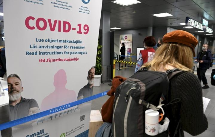 Koronaohjeistusta Helsinki-Vantaan lentoasemalla 23. toukokuuta 2021. LEHTIKUVA / HEIKKI SAUKKOMAA